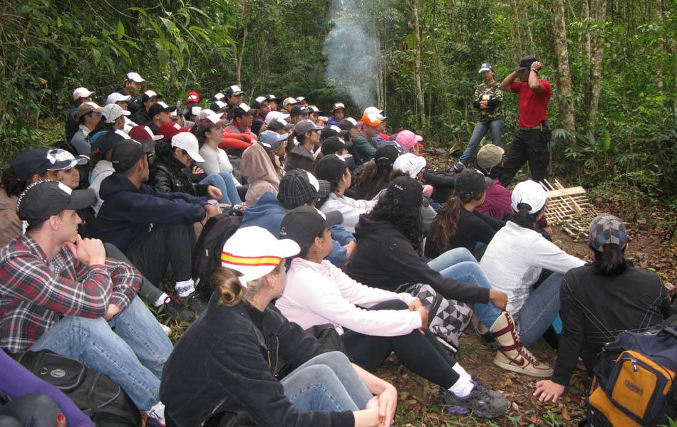 Alunos do curso acompanham a aula de sobrevivência na selva
