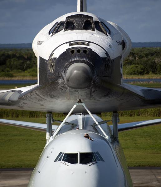 O ônibus espacial Endeavour foi acoplado a um avião para ser transferido para sua nova casa. Ele está no Centro Espacial Kennedy, na Flórida, e ficará em Los Angeles, na Califórnia. Depois de funcionar por 19 anos ele foi aposentado em 2011.