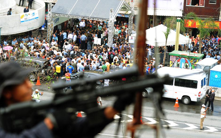 Com a instalação da Unidade de Polícia Pacificadora (UPP) da Rocinha, oficialmente inaugurada por volta de 10h30 desta quinta-feira (20), cerca de 100 câmeras vão ajudar a monitorar a comunidade em São Conrado, na Zona Sul do Rio de Janeiro