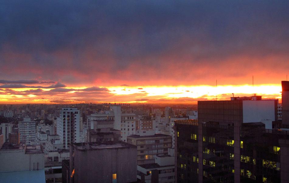Vista do entardecer desta sexta-feira (21) na cidade de São Paulo a partir da região da Avenida Paulista.