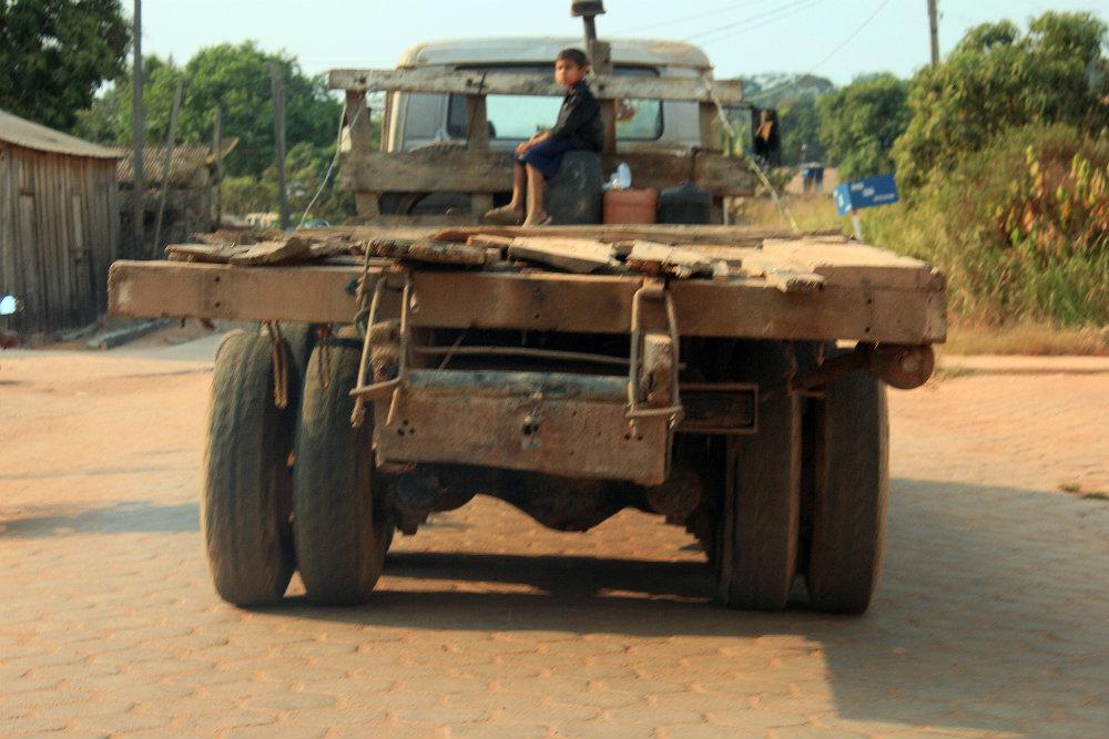 Caminhão usado para transportar madeira em São Félix do Xingu, PA.