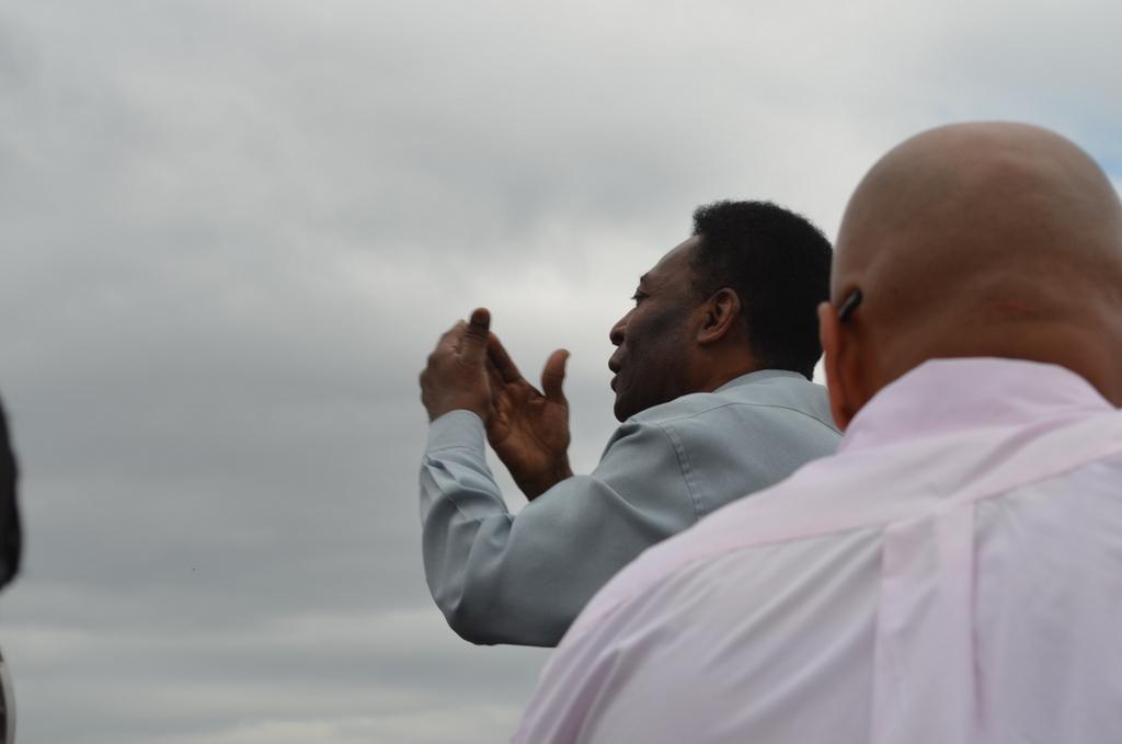 Pelé chega a Três Corações e faz a volta no Parque João Ramos Nascimento.