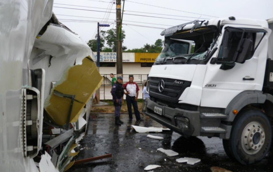 Acidente prejudicou o trânsito em toda Avenida Torquato Tapajós, uma das principais da capital amazonense