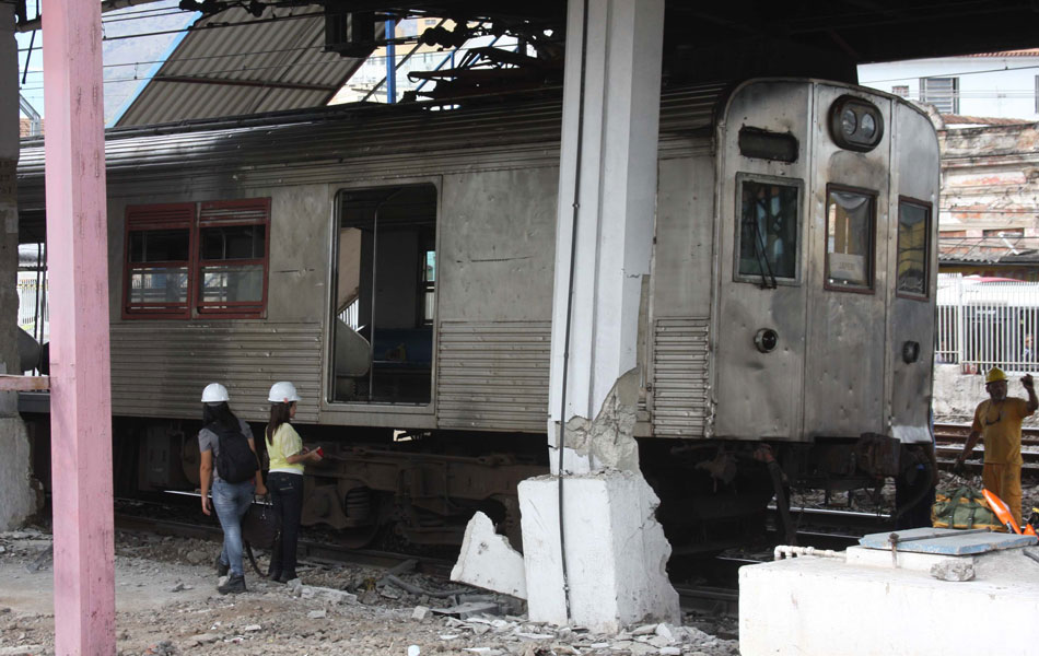Trem bateu em pilastra na Estação Madureira; pelo menos 16 pessoas ficaram feridas