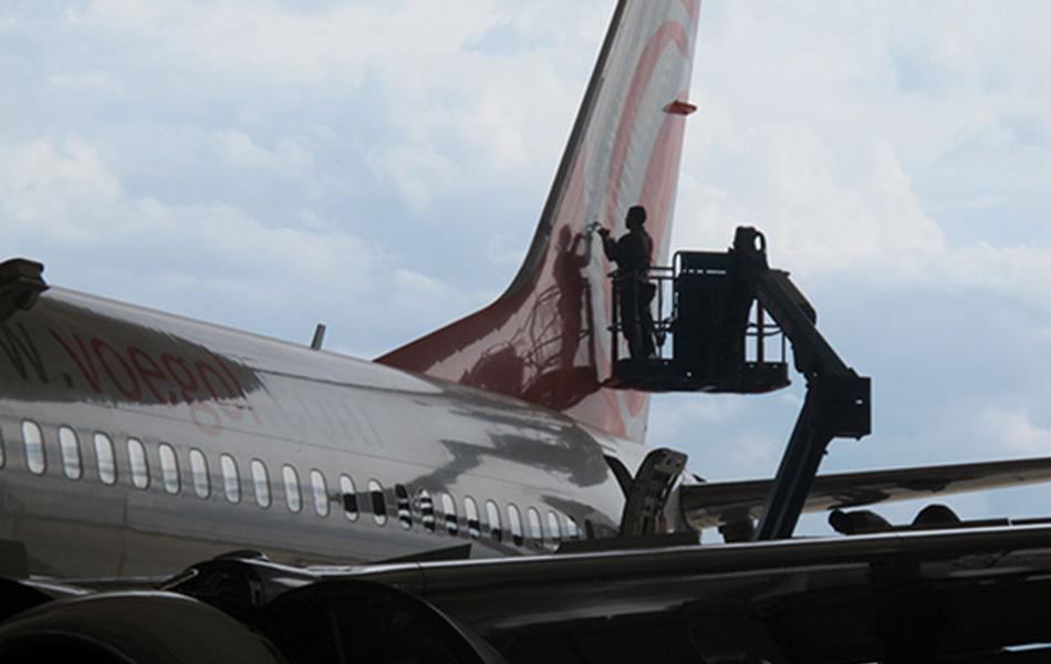 Funcionário da Gol faz manutenção na cauda da aeronave em um dos quatro hangares do centro de manutenção de Confins (MG).