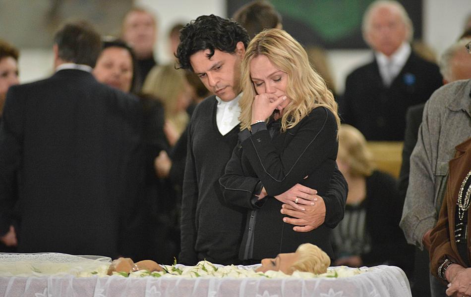 Apresentadora Eliana se emociona ao ver Hebe no caixão e é confortada pelo marido, João Marcello Bôscoli, irmão da cantora Maria Rita e filho da cantora Elis Regina