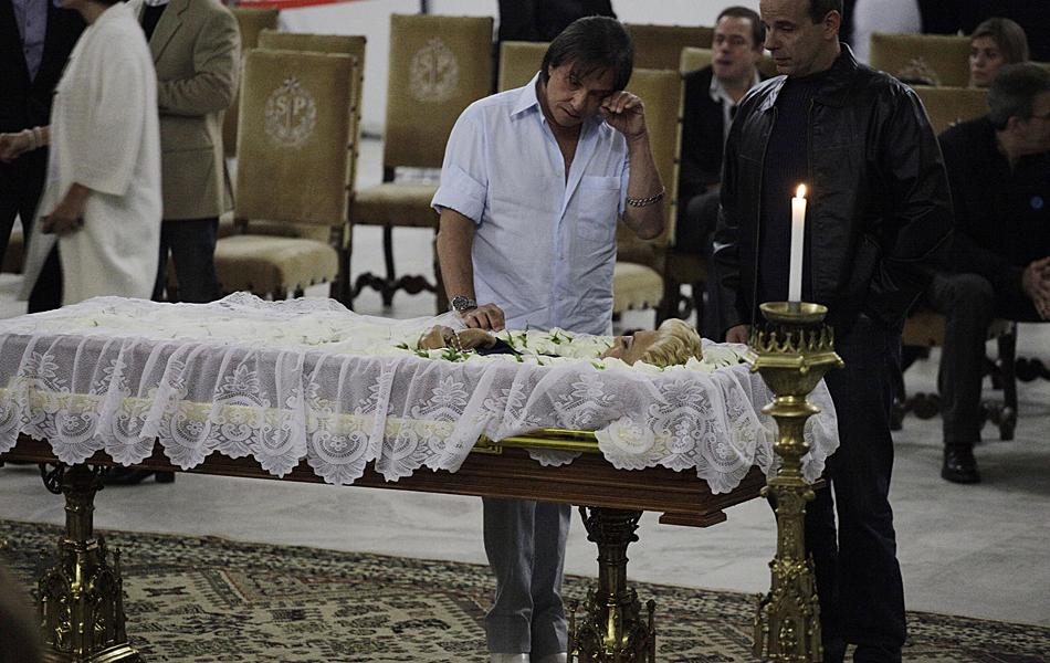 Cantor Roberto Carlos comparece ao velório da apresentadora Hebe Camargo no Palácio dos Bandeirantes, em São Paulo, na noite deste sábado (29)