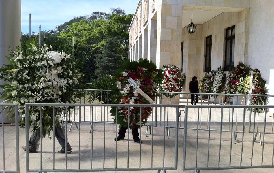 Coroas de flores de Silvio Santos e do governador Alckmin