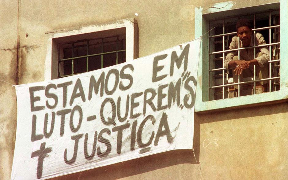 Detentos expõem faixa em janela de pavilhão  contra o massacre ocorrido na Casa de Detenção do Carandiru, três dias após a ação policial após a rebelião que marcou a história do país