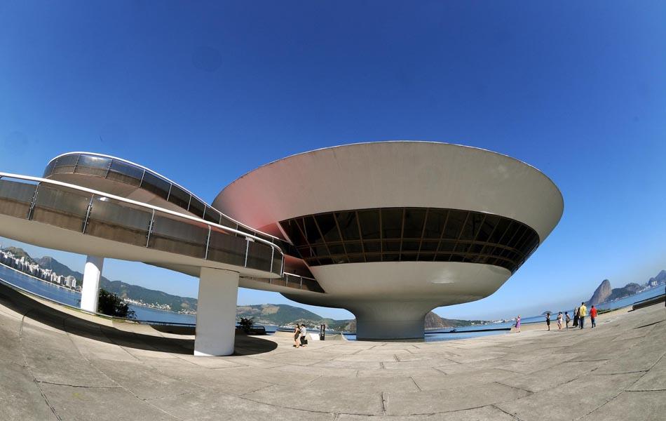 Foram necessários cinco anos para erguer a estrutura de quatro pavimentos do MAC em Niterói