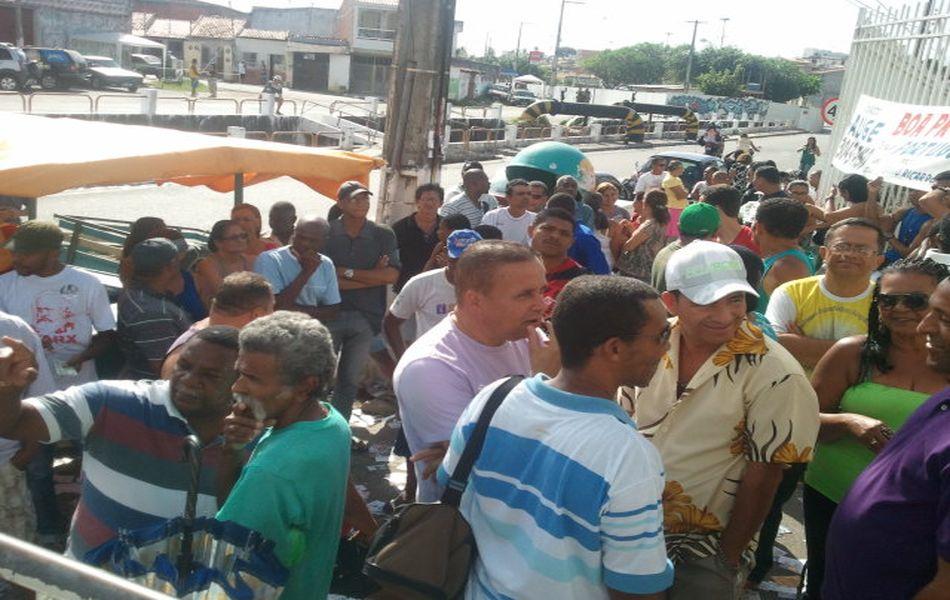 Eleitores fizeram fila na porta do Colégio Estadual Gov. Valadares na Zona Norte de Aracaju