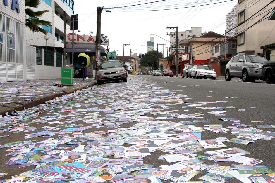 Lixo eleitoral na Rua Oswaldo Cruz, em Santos, SP