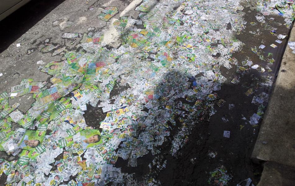 No bairro Consolação, em Vitória (ES), uma grande quantidade de santinhos, distribuídos no dia anterior, sujaram as ruas
