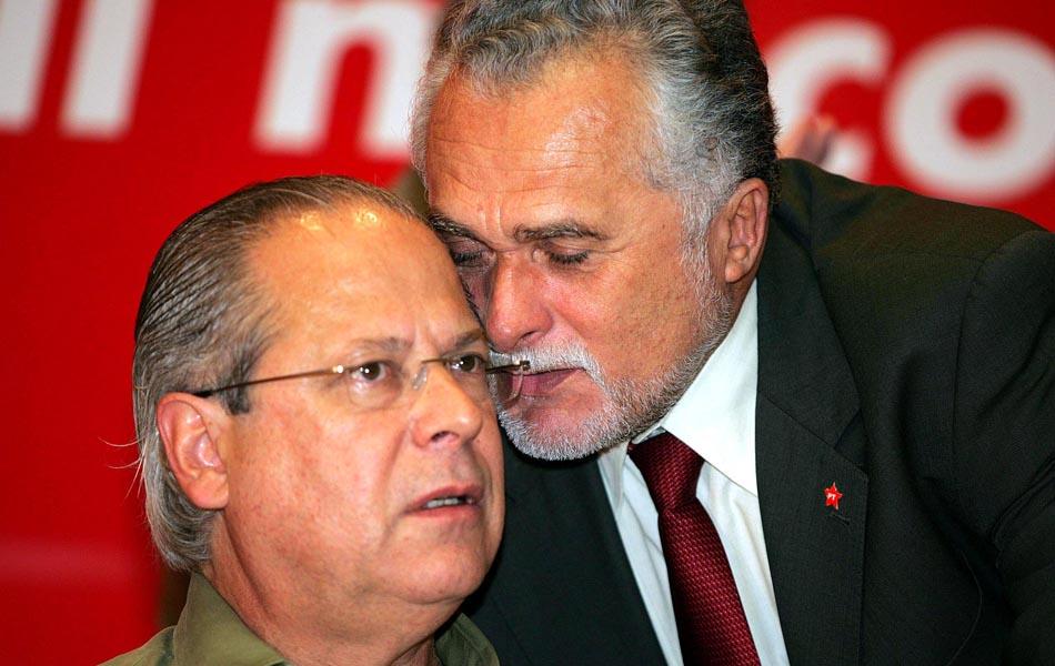 13/05/2005 - O ministro da Casa Civil José Dirceu, e José Genoino conversam durante seminário do PT em São Paulo, um mês antes da denúncia do mensalão por Roberto Jefferson