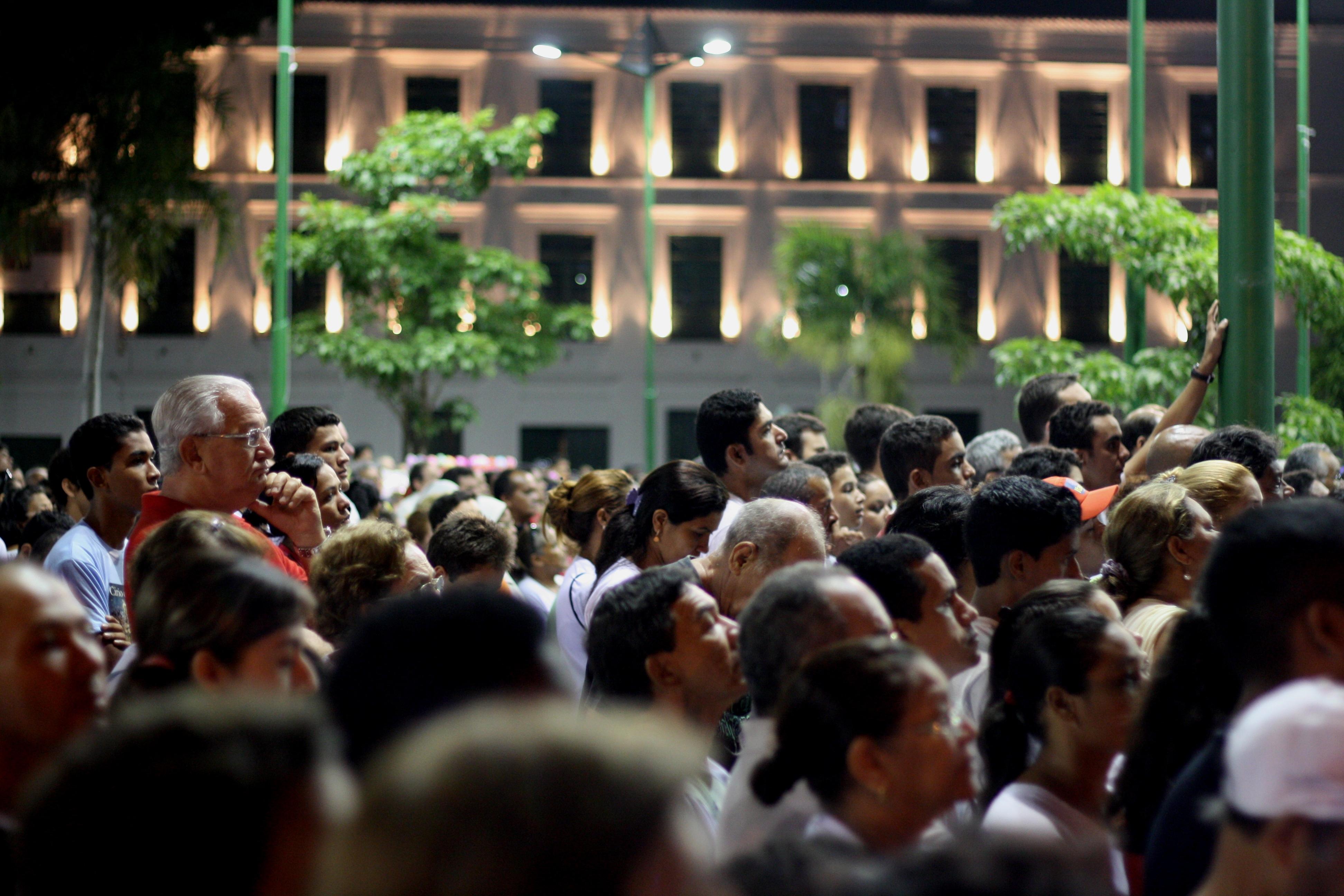 Multidão aguarda missa que antecede o Círio 2012 na Praça Frei Caetano Brandão.