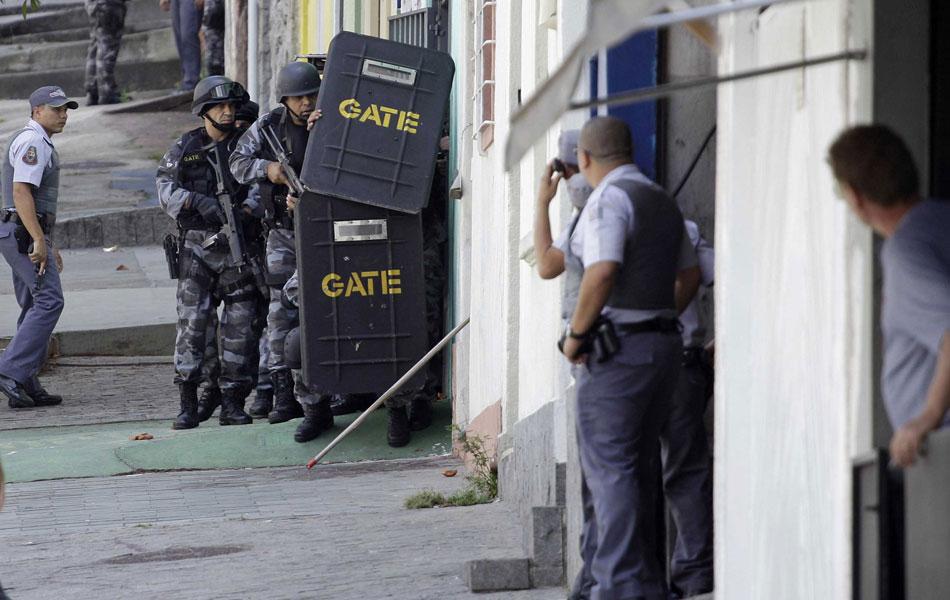 Policiais do Gate negociam rendição de atirador que baleou três na região da Liberdade, em São Paulo