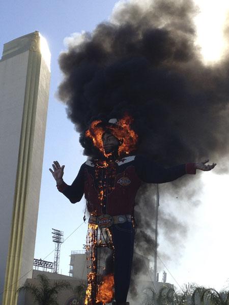 Fogo destrói a estátua do 'cowboy Big Tex' em Dallas, no Texas. A estrutura de 15 metros foi montada em 1952 era um ícone da cidade.