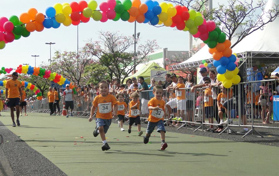 Crianças participam de corrida na manhã deste domingo (21) em Ribeirão Preto