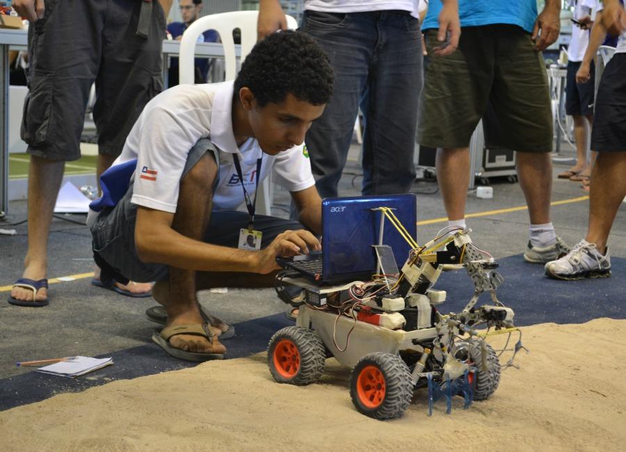Estudante prepara robô 'catador de lixo' para competição