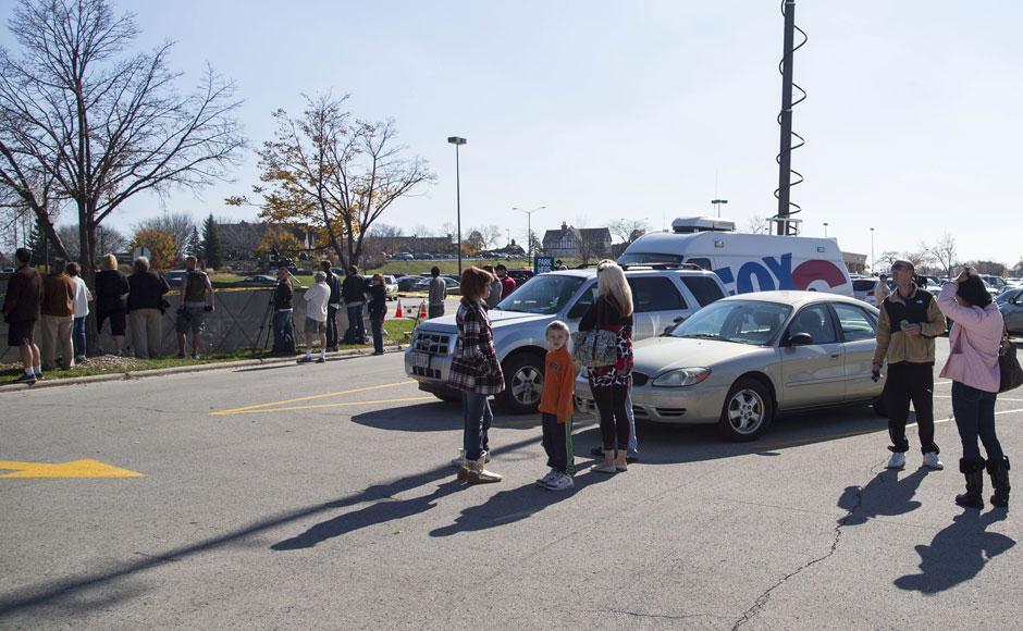 Pessoas aguardam informações sobre o tiroteio que ocorreu por volta das 12h deste domingo (21)