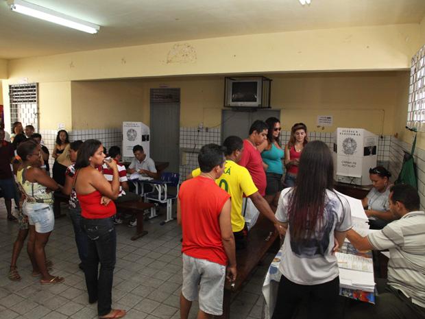 Eleitores aguardam vez de votar em São Luís