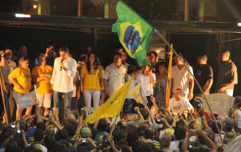 Ortiz Júnior discursa durante a comemoração de sua eleição na Avenida do Povo, em Taubaté