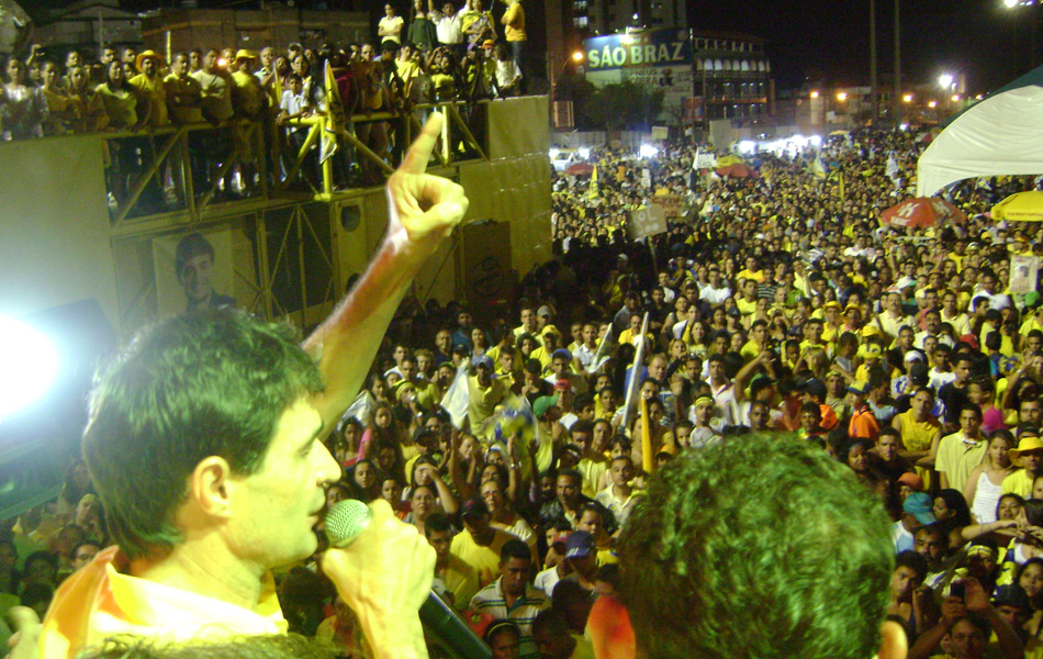 Romero Rodrigues comemorou junto com centenas de pessoas no Parque do Povo
