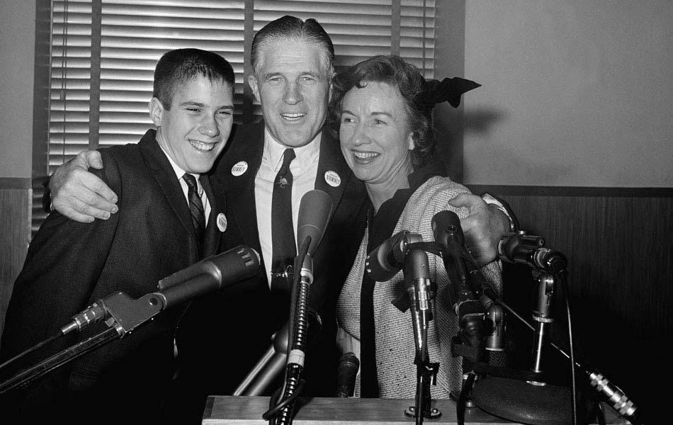 O industrial e ex-governador do Michigan, George Romney, com a mulher, Lenore, e o filho Mitt, aos 14 anos