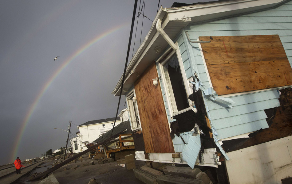 30 de outubro - Um arco-íris é visto entre as casas destruídas em Breezy Point no bairro de Queens em Nova York.