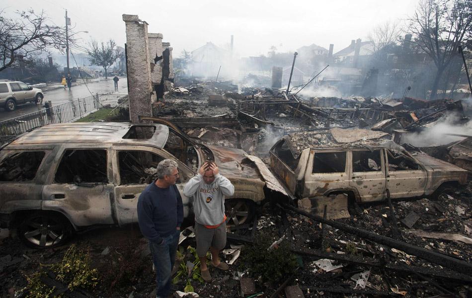30 de outubro - Moradores observam suas casas queimadas em condomínio em Rockaways em Nova York.