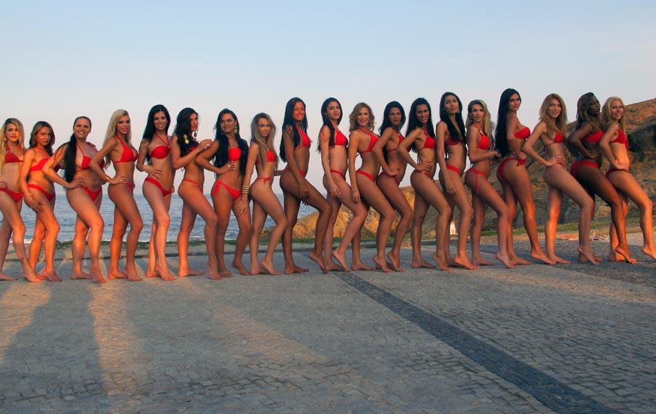 Candidatas ao Miss T Brasil 2012 posam de biquíni na Praia do Arpoador, na Zona Sul do Rio