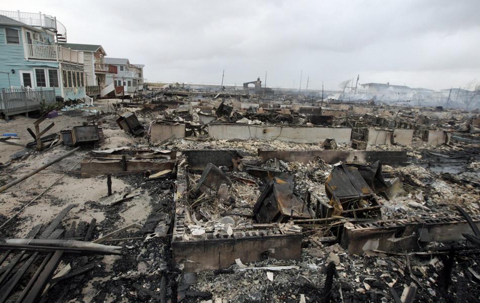 30 de outubro - 80 Residências ficaram totalmente destruídas em incêndio que atingiu Breezy Point, no bairro de Queens, durante a passagem da supertempestade Sandy