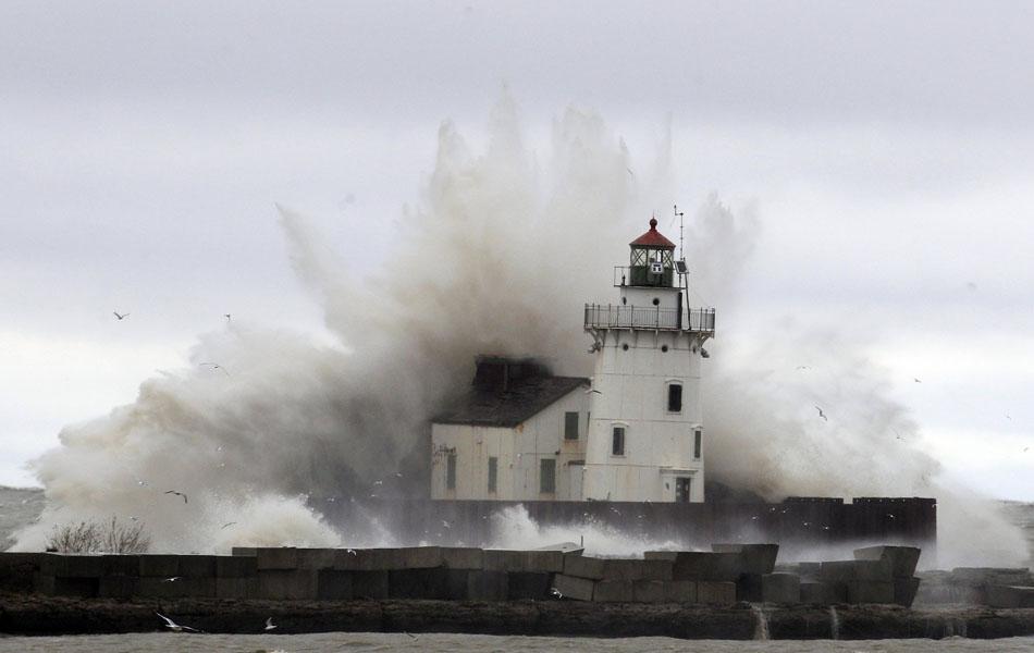 30 de outubro - Ondas causadas pela passagem da tempestade Sandy atingem farol às margens do Lago Erie perto de Cleveland.