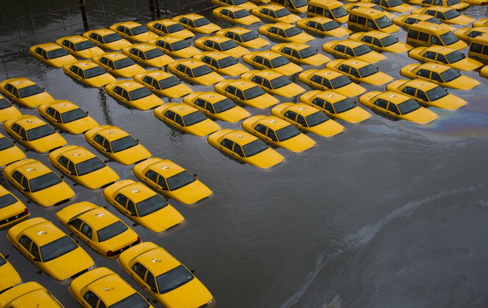 30 de outubro - Um estacionamento de taxis ficou inundado depois da passagem da tempestade Sandy em Hoboken, Nova Jersey.