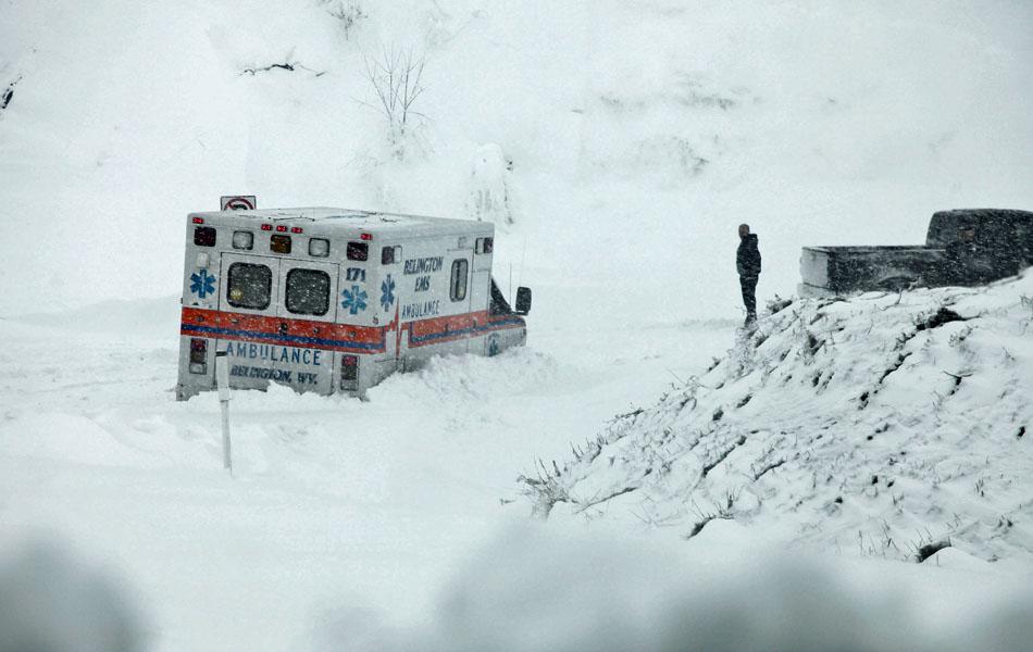 30 de outubro - Ambulância fica presa em estrada coberta de neve na Virgínia do Oeste, mais de um metro de uma neve pesada já foi acumulada.