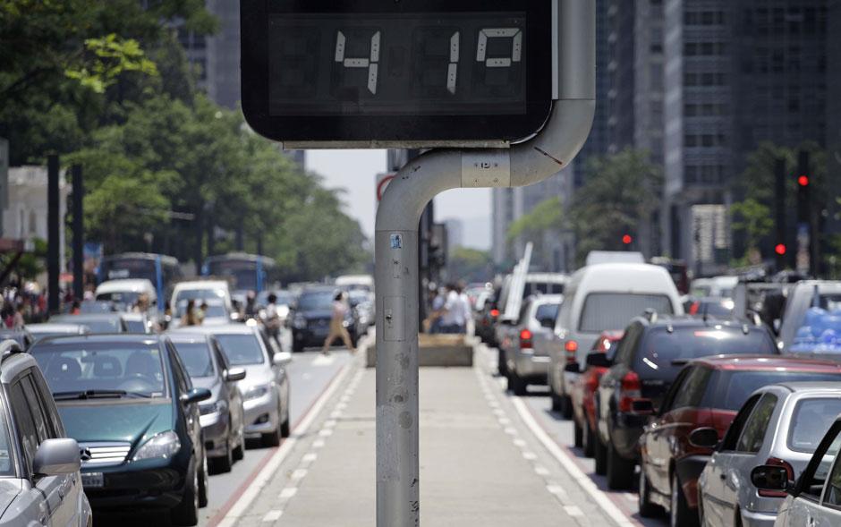 Termômetro marca 41 graus na Avenida Paulista por volta das 13h, nesta quarta-feira (31) de forte calor na capital paulista. Na véspera, o Inmet registrou a maior temperatura oficialmente medida do ano na cidade, 36,1 graus.