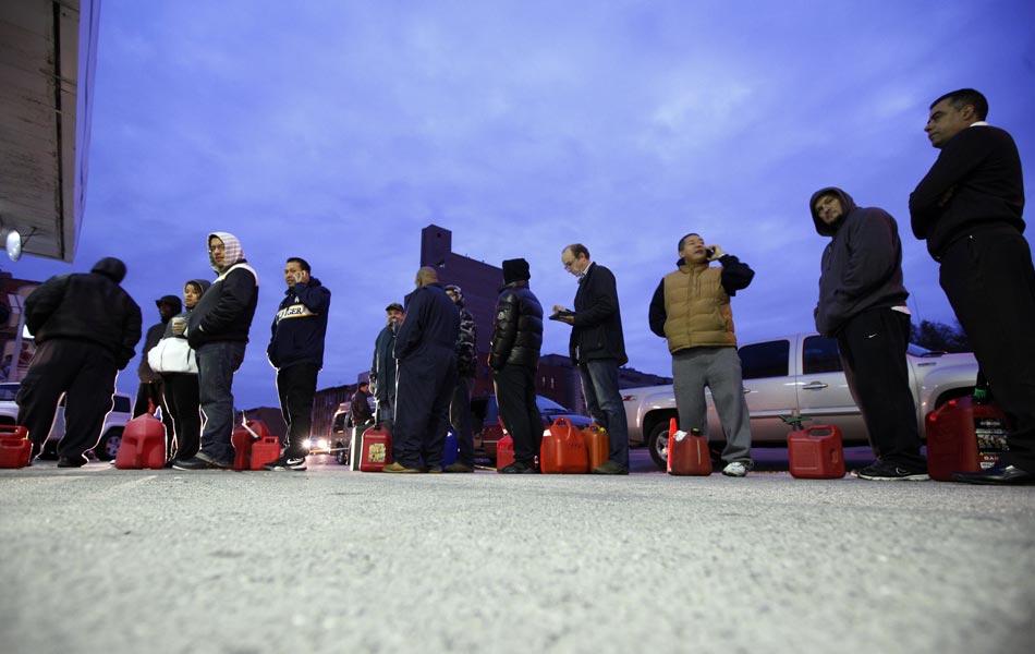 2 de novembro - Moradores fazem fila para comprar gasolina em posto do Brooklyn, Nova York; os moradores da região sofrem com a falta de combustível