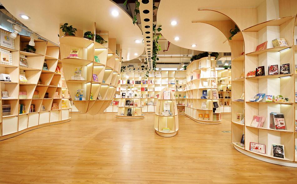 """O livro """"Bookshops - Long Established and the Most Fashionable"""" (ed. Braun Publishing) traz uma lista com algumas das livrarias mais bonitas do mundo. Na Apodon, em Xiamen (China), as prateleiras de formas orgânicas evocam árvores e estalactites."""
