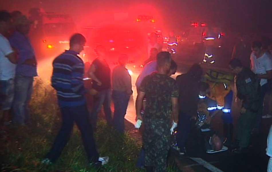 Movimentação de equipes de resgate na noite deste sábado (3), em Santo Antônio do Pinhal (SP).