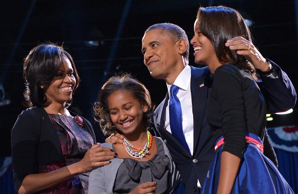 Obama conversa com sua família no discurso da vitória