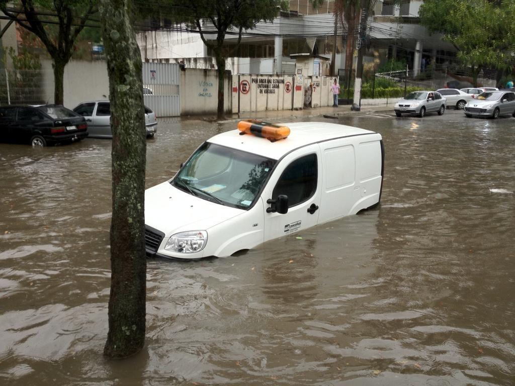 Veículo atingido pela chuva no bairro Praia do Suá, em Vitória