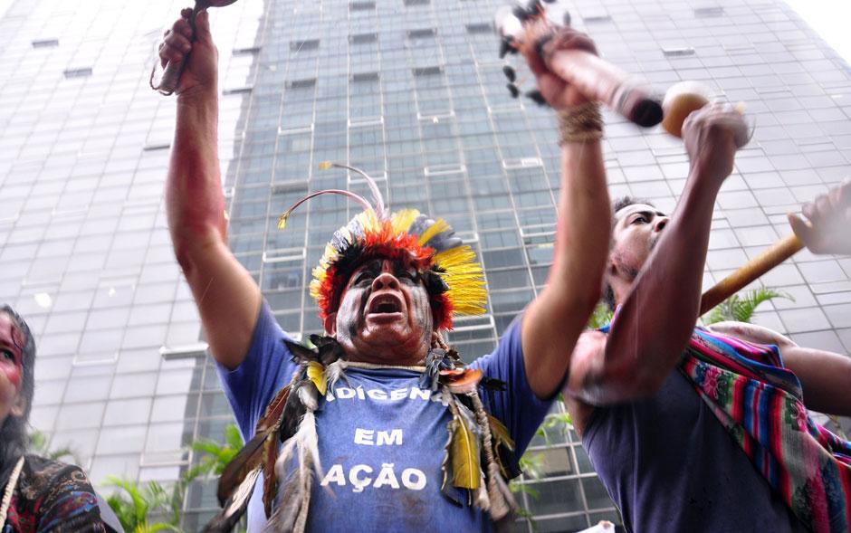 Indígenas e manifestantes ocuparam uma faixa da Avenida Paulista, na região centro-sul da capital, em protesto a favor do povo Guarani-Kaiowá.