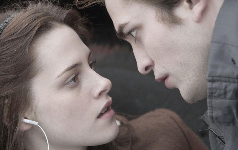 'Crepúsculo' (2008) – A adolescente Bella (Kristen Stewart) e o vampiro Edward (Robert Pattinson) no primeiro capítulo da franquia