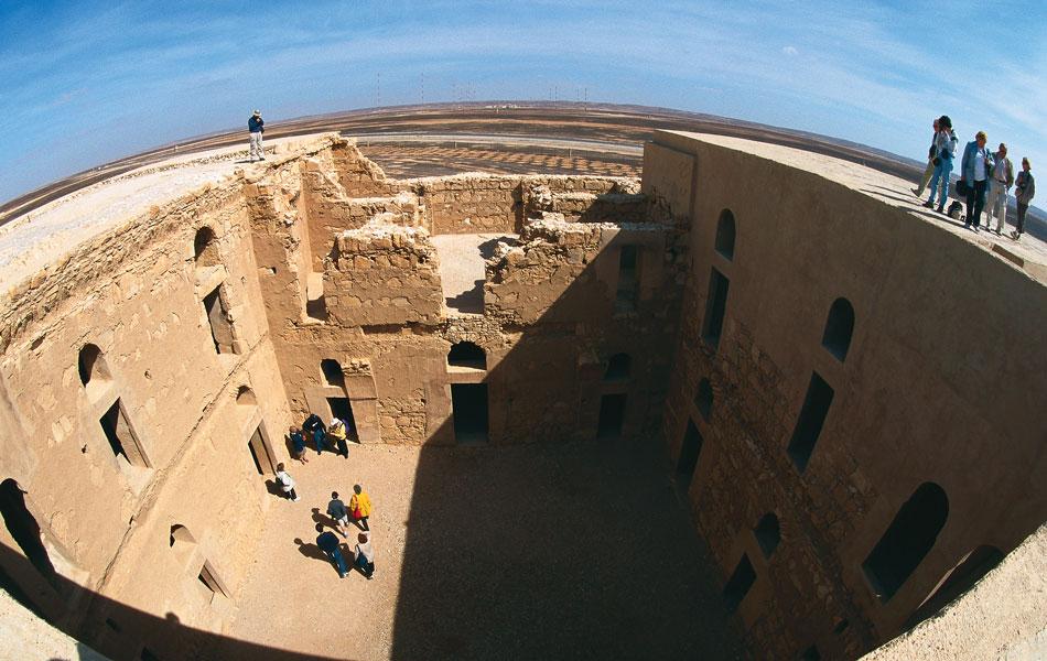 Os castelos do deserto da Jordânia são belos exemplos de arte e arquitetura islâmica do século 8. Um deles é o Qasr Al-Hallabat, que foi restaurado e está em ótimo estado para visitação