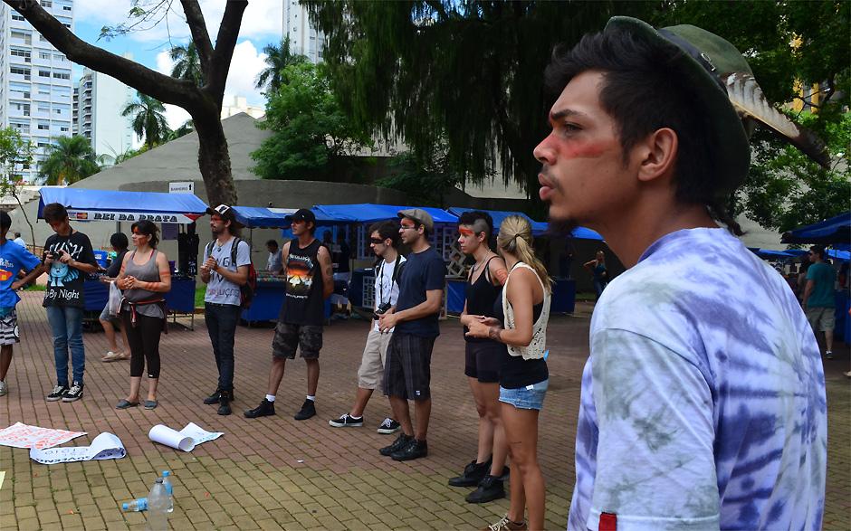 Ambientalistas, professores e estudantes se reuniram neste sábado (10) para protestar a favor da etnia dos índios Guaranis-Kaiowás, em Campinas (SP)