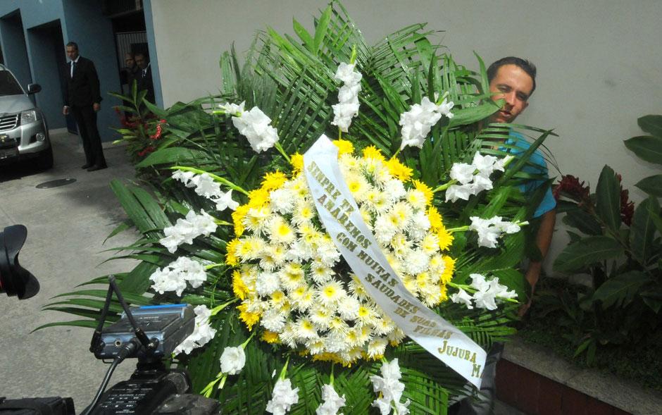 Coroa de flores chega ao Memorial do Carmo, na zona portuária do Rio, para o velório de Marcos Paulo