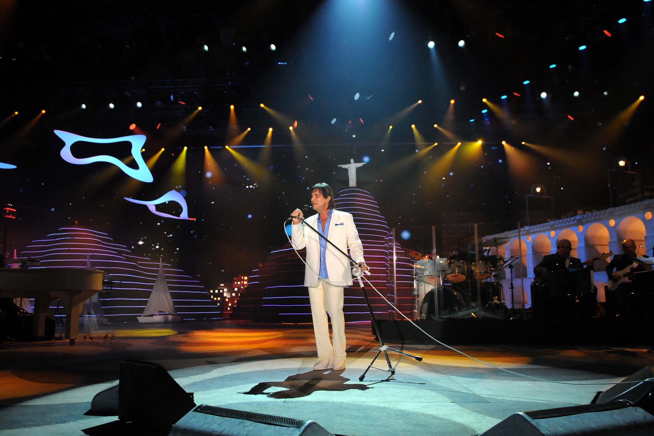 O cantor Roberto Carlos durante a gravação do tradicional especial de fim de ano para a TV Globo: cenário contou com paisagens características do Rio de Janeiro