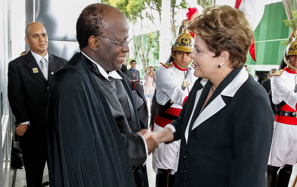 Dilma Roussef cumprimenta o Ministro Joaquim Barbosa, Presidente do Supremo Tribunal Federal.