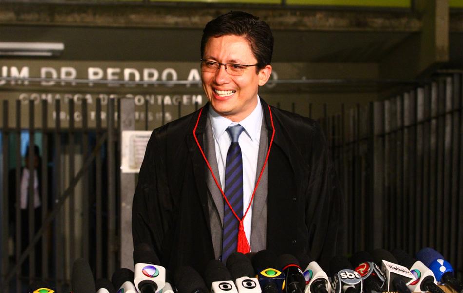 24.nov.2012 - O promotor Henry Wagner fala à imprensa após condenação de Macarrão e Fernanda Castro e sorri