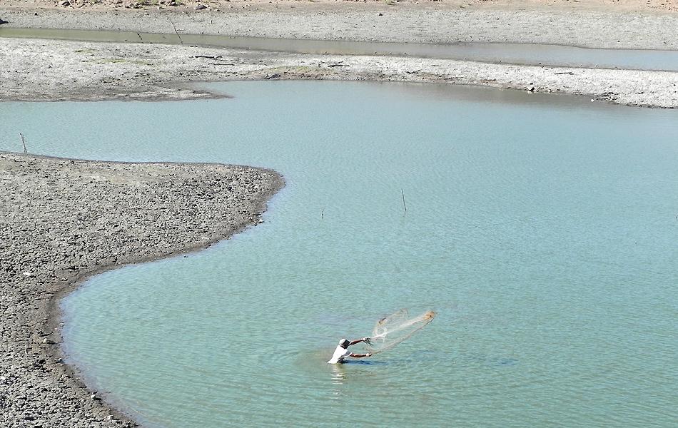 Mesmo com a água se tornando lama, sertanejo ainda tenta a sorte em pescaria